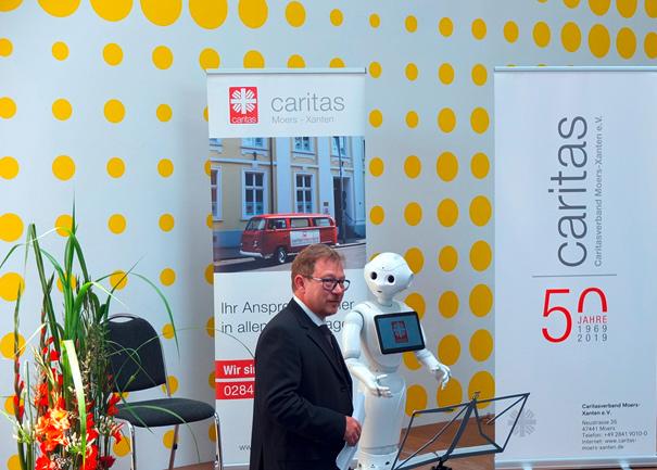 Der digitale Praktikant der Caritas Moers stellt sich im Rahmen der 50 Jahrfeier der Öffentlichkeit vor.